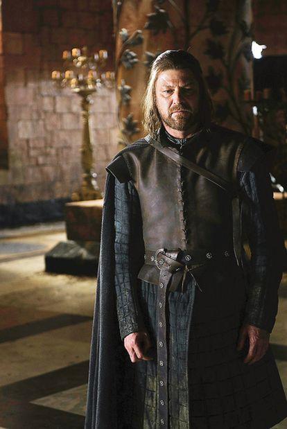 Sean Bean interpreta a Eddard Stark, el atormentado guerrero sobre cuyos hombros descansan las esperanzas de los suyos.