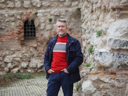 Juan Cortés, historiador, posando en los jardines del Emir Mohamed I de Madrid.