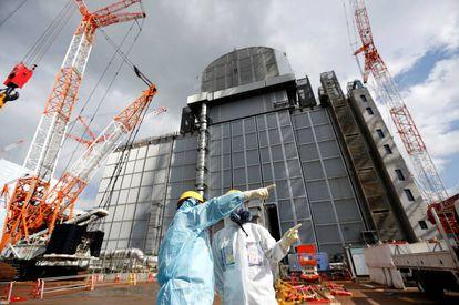 Empleados de Tepco supervisan las obras de reparación en la central Daiichi de Fukushima el pasado mes de febrero