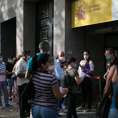 09/07/20 En la imagen, una larga cola de personas en las puertas de la oficina a primera hora de la manana.Oficina de Extranjeria del Paseo Sant Joant 189. Barcelona, 9 de julio de 2020 [ALBERT GARCIA]