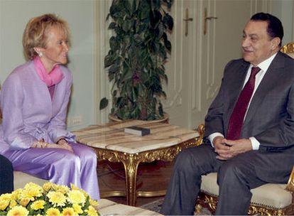 La vicepresidenta primera del Gobierno, María Teresa Fernández de la Vega, durante su reunión con el presidente de Egipto, Hosni Mubarak