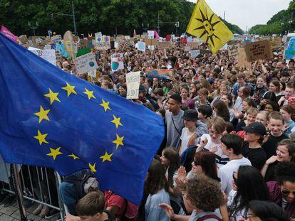Miles de jóvenes proeuropeos se concentran ayer en Berlín por el clima, uno de los temas clave en las elecciones al Parlamento Europeo.