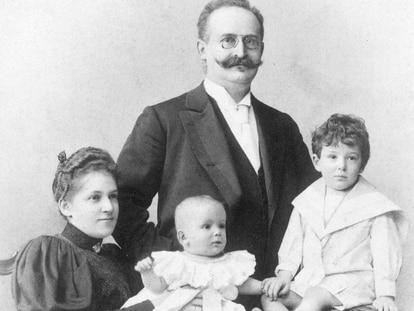 Pauline y Emil Benjamin con Walter, tres años, y Georg, seis meses, principios de 1896.