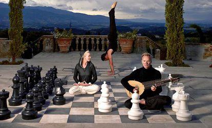 El cantante Sting y su esposa, Trudie Styler, con Ryan Spielman, conocido profesor de yoga.