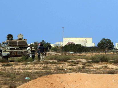 Un tanque de las fuerzas progubernamentales frente al complejo de Uagadugu, el pasado 2 de julio.
