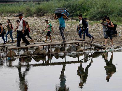 Algunos migrantes venezolanos cruzan rumbo a Colombia, cerca del puente internacional Simón Bolívar, en una imagen de 2019.