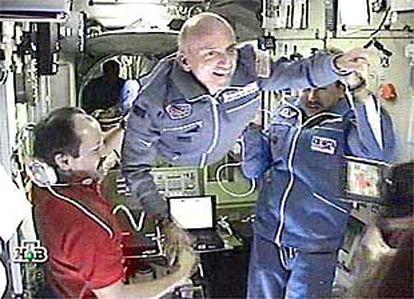 El millonario estadounidense Dennis Tito visitó ayer la Estación Espacial Internacional.
