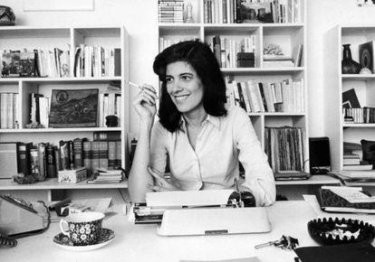La escritora Susan Sontag, en 1972, la época en la que comenzó a escribir sus ensayos sobre fotografía.