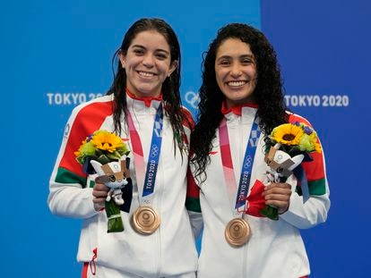 Las mexicanas Alejandra Orozco y Gabriela Agúndez muestran su medalla de bronce, este martes.
