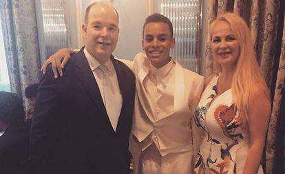 El príncipe Alberto de Mónaco junto a su hijo Alexandre Coste y la actriz Delia Antal.