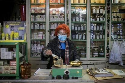 Francesca, propietaria del herbolario Llansà, de la calle Elisabets de Barcelona.