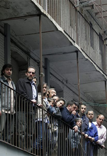 Vecinos de una <i>corrala</i> madrileña, ubicada en terreno del Instituto de la Vivienda de Madrid.