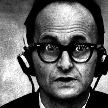 Eichmann, que aparece en la la serie de novelas de Philip Kerr, durante su juicio.