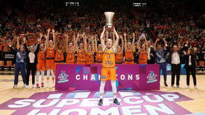 Las jugadoras del Valencia Basket celebran la entrega del trofeo.