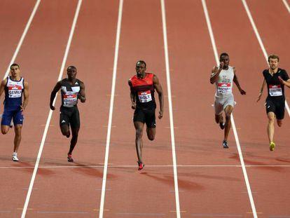 Hortelano, a la izquierda, y Bolt en el centro, en los 200m.