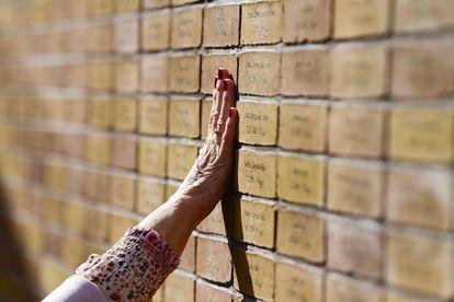 Una mujer toca el memorial del Holocausto durante su inauguración este domingo en Ámsterdam, Países Bajos.