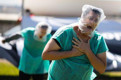 Manifestantes que representan a pacientes sin oxígeno participan en una protesta contra el presidente brasileño, Jair Bolsonaro, y su gestión de la pandemia, en Brasilia (Brasil), el pasado 31 de enero.