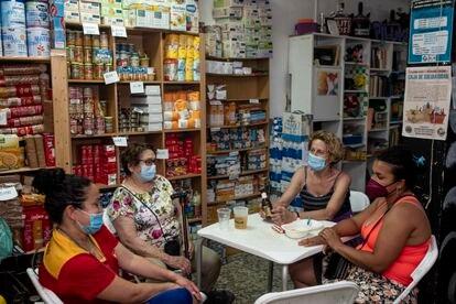 Ambiente en el interior del espacio autogestionado La Piluka, del Barrio del Pilar, durante una reunión vecinal para iniciar el verano.