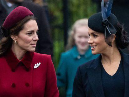 Meghan Markle y Kate Middleton llegan a la misa de Navidad celebrada en la iglesia de Santa María Magdalena, en Sandringham, el 25 de diciembre de 2018.