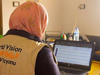 Ahlam, en su lugar de trabajo en el campo de desplazados.