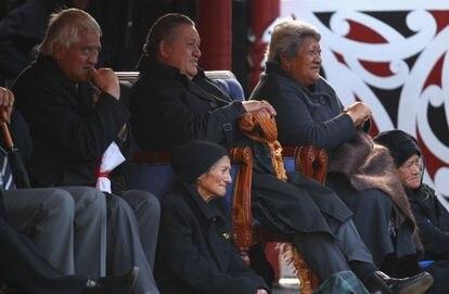 El rey Tuheitia Paki y su esposa, Te Atawhai (a su izquierda), en un partido de la copa del mundo de rugby, en septiembre de 2011 en Hamilton, Nueva Zelanda.