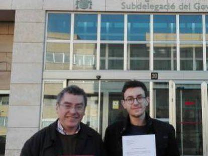 Manuel Carceller, portavoz de Plataforma per la Llengua, y Raúl Diego, muestran la denuncia por discriminación lingüística.