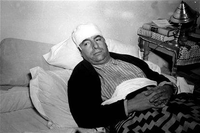 Neruda, convaleciente tras el ataque, en su casa en México.
