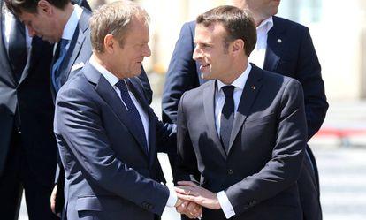 El presidente del Consejo Europeo, Donald Tusk, y el presidente francés, Emmanuel Macron, hablan este jueves durante la foto de familia de la cumbre en Sibiu.