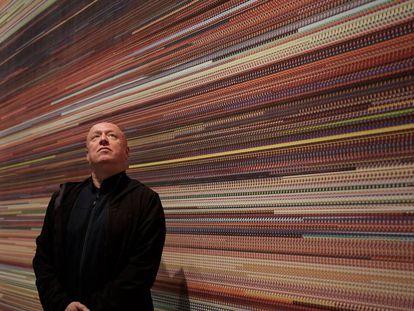 El pintor Dokoupil ante su cuadro 'Goldfinger', que representa la película fotograma a fotograma.