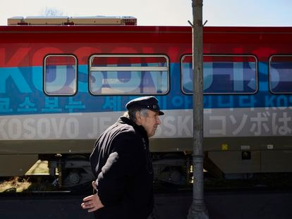 """Un tren decorado con los colores de la bandera nacional serbio con el texto """"Kosovo es Serbia"""" en diversas lenguas, en 2017 en Belgrado."""