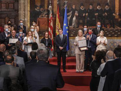El presidente valencianos, Ximo Puig con los trabajadores sanitarios premiados por la vacunación con motivo del 9 d'Octubre, Día de la Comunidad Valenciana, en el Palau de la Generalitat.