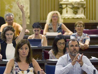 La presidenta del Govern, Francina Armengol durante una sesión del Parlamento balear.