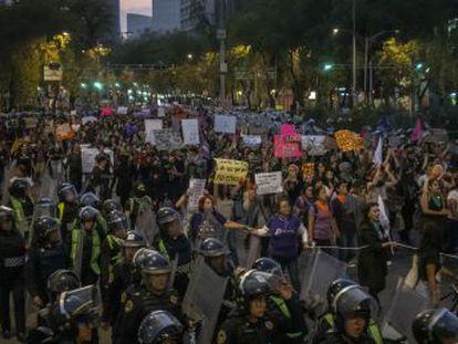 Miles de manifestantes exigen poner fin a la violencia machista, que acaba con la vida de 10 mujeres diariamente en el país