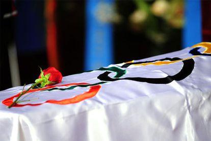 El féretro de Juan Antonio Samaranch, con una bandera olímpica y una rosa.