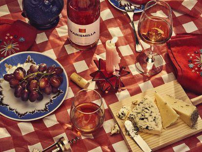 En esta página, jarrón con forma de pez de Salvador Bachiller, platos vintage de Funky Table Milano, servilletas hechas a mano de Julilleta, portavelas de Vintage & Chic y alfombra naranja de Ikea.
