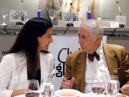 La candidata de Vox a la Presidencia de la Comunidad de Madrid, Rocío Monasterio, junto al director del del Club Siglo XXI, Inocencio Arias.