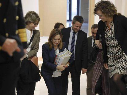 La exministra de Fomento, Ana Pastor, antes de comparecer en la comisión este lunes. En vídeo, declaraciones de Pastor y de José Blanco.