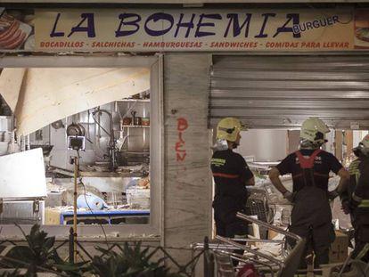 Bomberos inspeccionan el lugar de la explosión en Vélez-Málaga.
