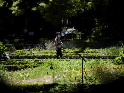Una mujer con mascarilla visita el Real Jardín Botánico de Madrid en su reapertura tras el confinamiento de la primavera de 2020.