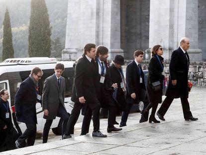 La familia del dictador Francisco Franco, a su llegada al Valle de los Caídos, durante la exhumación del militar golpista, en 2019.