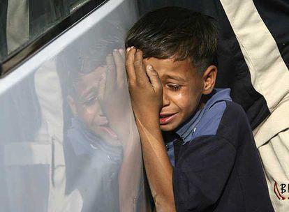 Un niño llora durante el funeral por las víctimas de un atentado del pasado jueves en Bagdad.