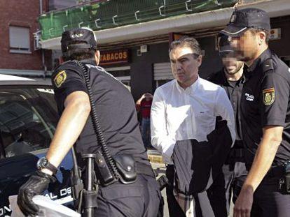 Serafín Castellano llega esposado al juzgado de Sagunto.