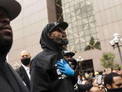 El exjugador de la NBA Stephen Jackson en la manifestación antirracista en Minneapolis.