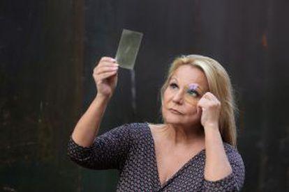 Celia Sánchez con una lente y un protector de pantalla que disminuyen la luz azul.