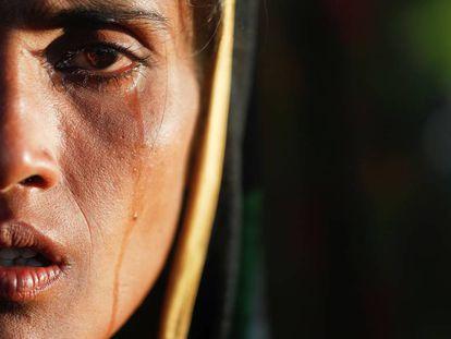 Amina Khatun, refugiada rohinyá de 30 años, llora después de haber llegado con su familia al campo para desplazados de Cox's Bazar, en Bangladés, el pasado 10 de octubre.