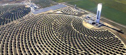 Vista aérea de la planta solar de Abengoa en Sanlúcar la Mayor (Sevilla) .