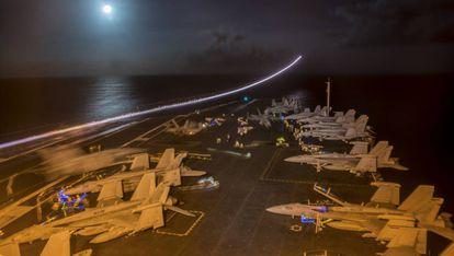 Cubierta del portaviones, durante los preparativos para una misión nocturna.