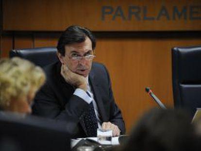 El 'exvicelehendakari' Jon Azua, durante su comparecencia en la ponencia del Parlamento.