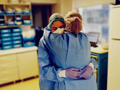 La lectora abraza a una compañera durante uno de sus turnos.