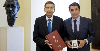 Ignacio González, tras recibir de manos del fiscal jefe Madrid, Manuel Moix, la Memoria de actividad de la Fiscalía del TSJM en 2013.